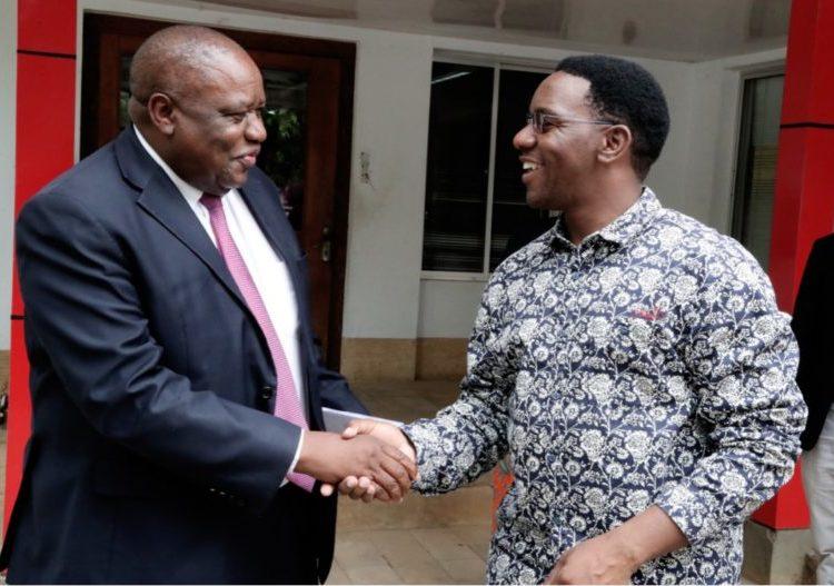 Mkuu wa Mkoa wa Dar es salaam Paul Makonda (kulia) akiwa na Mkurugenzi wa TPSF Godfrey Simbeye (kushoto).