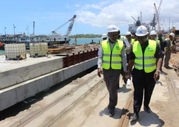 Naibu Waziri wa Uchukuzi na Mawasiliano Mhandisi Atashasta Nditiye (wa kwanza kushoto) akikagua maendeleo ya mradi wa upanuzi wa Bandari ya Dar es Salaam.