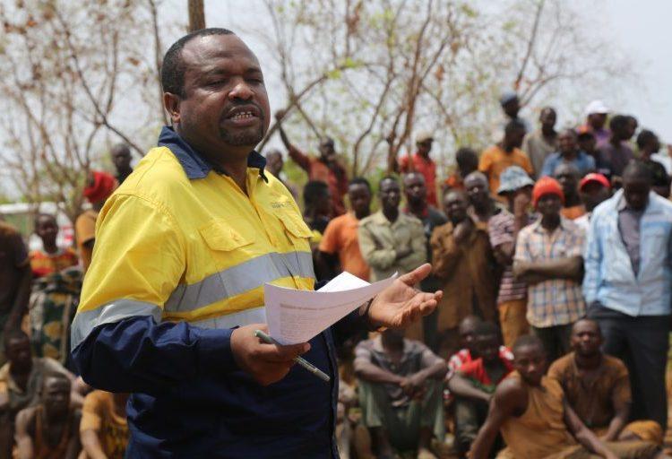 Naibu Waziri wa Madini, Stanslaus Nyongo akizungumza na wachimbaji wadogo wa madini katika machimbo ya Reef D mkoani Katavi.