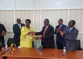 Waziri wa Viwanda, Biashara na Uwekezaji, Joseph Kakunda na Waziri wa Viwanda, Biashara na Ushirika wa Uganda, Amelia Kyabambadde.