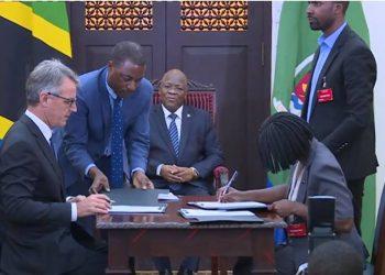Watendaji wakuu wa NFRA na WFP wakitia saini makubaliano ya kuuziana mahindi mbele ya Rais John Magufuli ikulu jijini Dar es salaam.