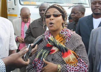 Mkuu wa wilaya ya Ilala Mh.Sofia Mjema akizungumza na waandishi wa Habari alipotembela soko la samaki la ferry jijini Dar es salaam.