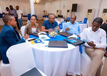 Meneja Rasilimali Watu kutoka kampuni mbali mbali wakijadili jambo katika semina kwaajili ya kuwapatia mafunzo ya kuwawezesha kiuchumi, iliyoandaliwa na Benki ya Stanbic Tanzania, Coral Beach Hotel, Dar es Salaam.