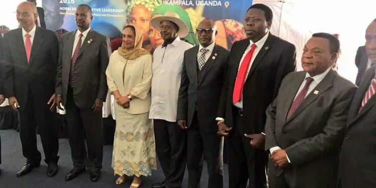 Raisi wa Uganda Yoweri Museveni (Mwenye kofia) kwenye picha ya pamoja kwenye mkutano wa GPLC 2018 uliofanyika jijini Kampala. Wengine ni marehemu Waziri wa Katiba na Sheria Balozi Dr. Augustine Philip Mahiga (kulia) aliemwakilisha raisi wa Tanzania John Magufuli. Na kushoto ni raisi mstaafu wa Zanzibar Amani Abeid karume.
