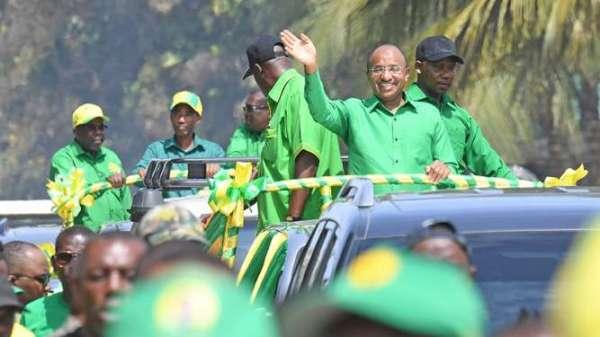 Raisi wa awamu ya nane wa Zanzibari DK. Hussein Mwinyi akipungia wananchi.